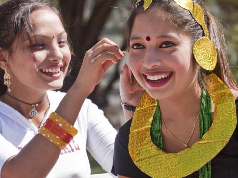 투손 미트 유어셀프 민속 축제에서 즐거워하는 소녀들