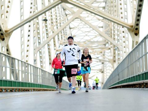 솔트 국제 마라톤 대회에 참가하여 달리기를 즐기는 사람들