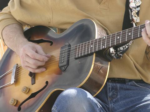 샤이엔 아트 페스티벌의 기타 연주