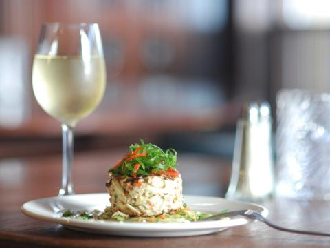 뉴올리언스 레스토랑에서 예쁘게 플레이팅된 요리와 와인