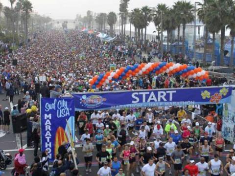 서프 시티 USA 마라톤에 운집한 군중