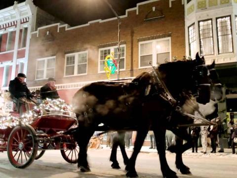 크리스마스 퍼레이드 마차에 올라 거리 누비기