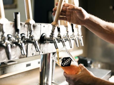 버밍햄의 카하바 브루잉 컴퍼니에서 수제 맥주를 붓는 모습