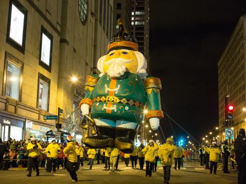 노스 미시간 애비뉴에서 펼쳐지는 매그니피션트 마일 빛 축제의 트리 라이팅 퍼레이드
