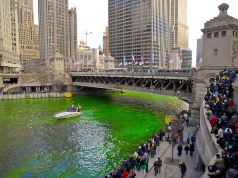 성 패트릭의 날을 맞아 시카고강을 에메랄드빛으로 물들이는 모습