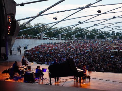 밀레니엄 공원 내 제이 프리츠커 파빌리온에서 열리는 시카고 재즈 페스티벌 공연