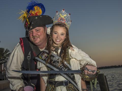 레이크찰스의 루이지애나 해적 축제에서 의상을 갖춰 입은 사람들
