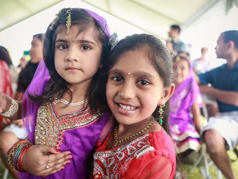 전통 복장을 하고 길버트 지구촌 축제에 참여 중인 아이들