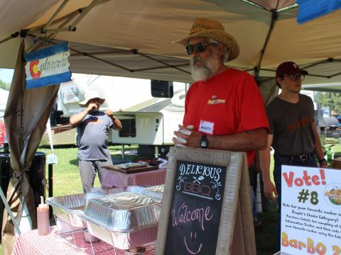 콜로라도주 앨라모사에서 열리는 비트 더 히트 BBQ, 수제 맥주 및 칠리 경연 대회에 참가한 바비큐 업체