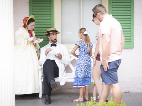 일리노이주 스프링필드의 생생한 역사 체험에서 링컨 재연 배우를 만나는 가족