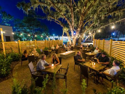 플로리다주 아멜리아 섬에 위치한 라그니아페 레스토랑의 파티오에서 즐기는 식사