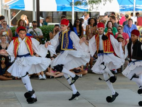 콜럼버스 그리스 페스티벌에서 열리는 전통 무용