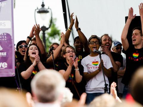 노스캐롤라이나주의 아웃! 롤리 프라이드에서 다양성을 기념하는 모습