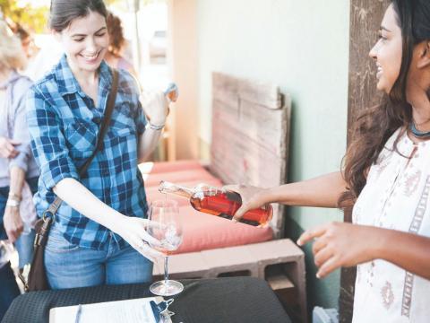 파소 로블스의 빈티지 주간 중 진판델 포도로 만든 와인 시음하기