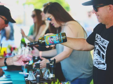 캘리포니아주 파소 로블스에서 열리는 와인 페스티벌 주간 중 시음용 와인 따르기