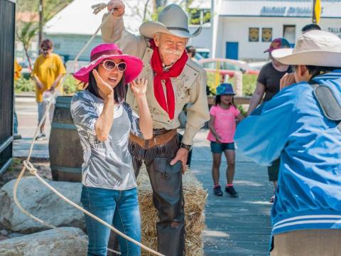 캘리포니아주의 샌타클라리타 카우보이 축제에서 카우보이와 함께 포즈 취하기