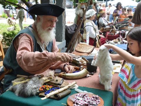 녹스빌의 동부 테네시 역사 박람회에서 전통복을 차려입은 통역사와 대화 나누기
